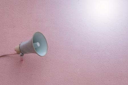 Oude luidspreker op de betonnen muur achtergrond Stockfoto - 76414692