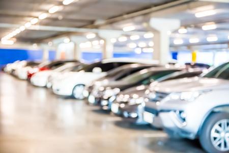 Unschärfe des Autos im Parkhaushintergrund