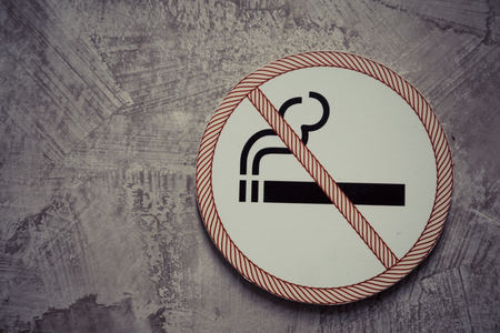 No smoking sign on the gray cement wall background 版權商用圖片 - 124615952