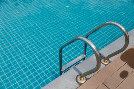 Swimming pool stairs in the hotel nature background. Foto de archivo - 124677539