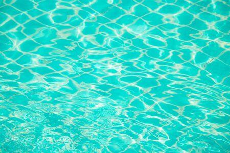 Riflessi dall'acqua sullo sfondo blu della piscina