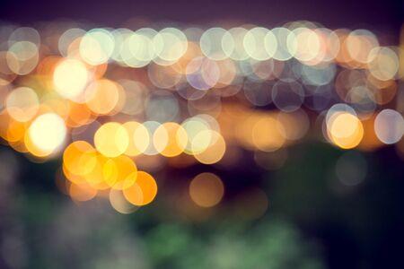 Unschärfe-Defokus-Bokeh des Lichts in der Stadt mit dunklem Hintergrund