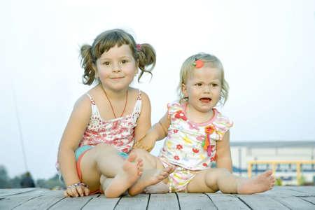 fantasque: Deux �treinte de filles aussi un est capricieuse Banque d'images