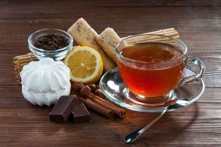 Stilleven van zoete specerijen en thee