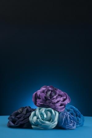 Boeket van blauwe bloemen op een blauwe achtergrond