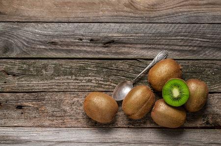 kiwi op oude houten tafel