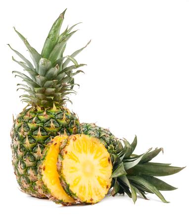 Ananas en de helft van de ananas op een witte achtergrond
