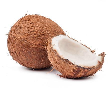 Twee kokosnoot waarvan één split geïsoleerd op witte achtergrond