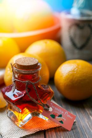 mandarijn smaak in een fles in de vorm van een ster met mandarijnen op de achtergrond
