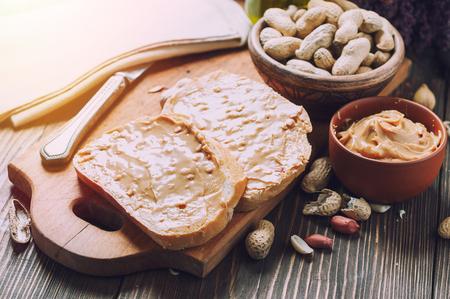 toast met pindakaas en pinda's op de houten tafel Stockfoto