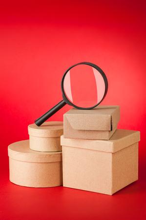 赤の背景に検索小包