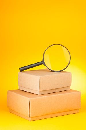 黄色の背景検索小包 写真素材