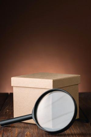 茶色の背景に検索小包
