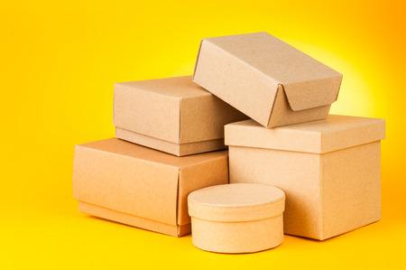 Dozen op gele achtergrond Stockfoto