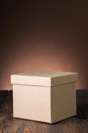 茶色の背景のテーブルをボックスします。