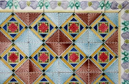chinese wall: annata muraglia cinese piastrelle floreali - dettaglio