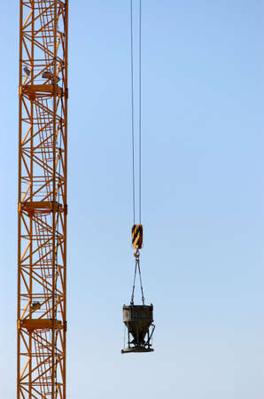 erect: Burden lifting crane