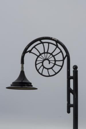 ferreteria: Diseño de poste de luz para celebrar la importancia de los fósiles en Lyme Regis, Dorset, Inglaterra, Reino Unido.