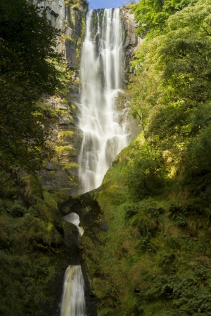 Pistyll Rhaeadr ウェールズのウェールズ、イングランドで最も高いことがしばしば要求されますこの滝滝の春より高い 1 つのドロップで他のです。 写真素材 - 24319473