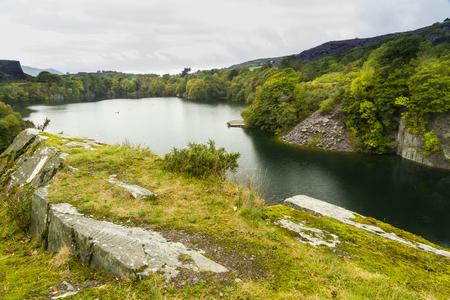 disused: Mirando a trav�s del desuso Dorothea mina de pizarra, Nantlle, Gwynedd, Gales, Reino Unido. Inundado con agua.