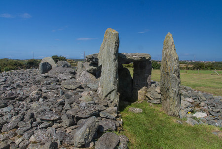 tumulus: Stones of Trefignath ancient burial chamber. Near to Holyhead, Anglesey, Wales, United Kingdom, Europe
