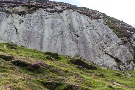eiszeit: Rock von Eiszeit-Gletscher �berfahren es gegl�ttet. Drws-y-Coed Valley, Snowdonia-Nationalpark, Gwynedd, Wales, Gro�britannien.