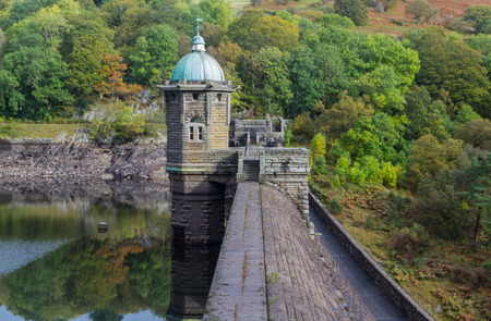 elan: Looking over the top pf Pen-y-Garrog Dam and Reservoir. Elan Valley, Powys, Wales, United Kingdom, Europe. Stock Photo