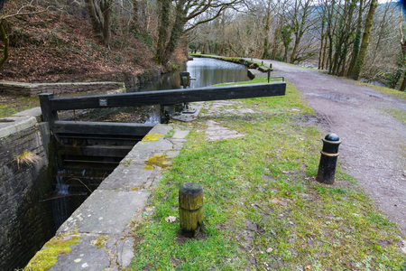 lift lock: Closed single gate lock. Resolven Basin, Neath Canal. Resolven, Vale of Neath, Port Talbot, Wales, United Kingdom. Stock Photo