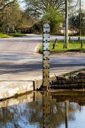 rain gauge: Indicador de flujo o nivel del r�o, actualmente por debajo del m�nimo.