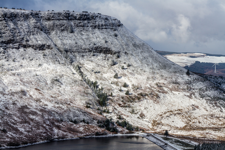 craig: Craig y Llyn, a mountain in the Cynon Valley south Wales, United Kingdom. Almost black and white monochrome due to snow. Stock Photo