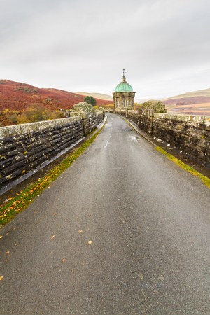 reservoirs: Road over the Craig Goch Dam, part of the Elan Valley Reservoirs. Powys, Wales, United Kingdom. Stock Photo