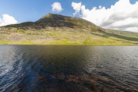 호수 Llyn Ogwen 및 산 펜 yr Ole 웬 그것의 뒤에 A5 도로에서 볼. Idwal 코티지, Snowdonia 국립 공원, Gwynedd, 웨일즈, 영국. 스톡 콘텐츠 - 75174406