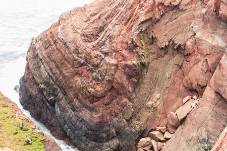 Syncline in sopra Mudstone e Sandstone Rock cliff, Cobbler's Hole, St Ann's Head, Dale, Pembrokeshire, Galles, Regno Unito.
