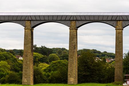 The pontcysyllte aqueduct carrying the Llangollen Canal over the River Dee. Standard-Bild - 96886326