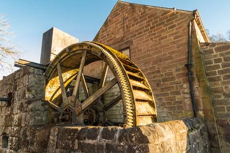 Vintage overshot water wheel. Cromford, Derbyshire, England, UK Banco de Imagens