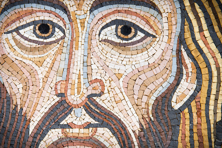 Jésus-Christ dans une mosaïque moderne faite avec des techniques anciennes. La mosaïque a été faite par un artiste sicilien (la sortie est providentielle), et il ressemble au Pantokrator en céthédrales. Banque d'images - 89481503