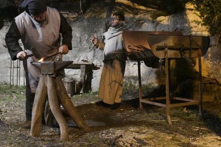 ISPICA (RG) - ITALYSICILY 1 1 2018: The living nativity scene of Ispica is said to be the most beautiful in Sicily, here arrived at the 20th edition. In the picture, the blacksmith 新聞圖片