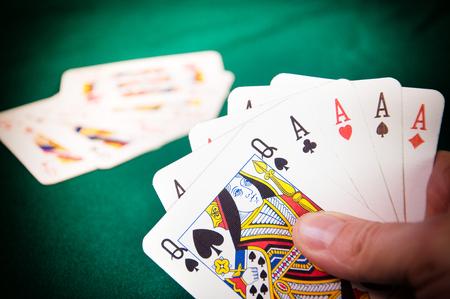 Poker . Eine Königin und vier Asse in der Hand Standard-Bild - 93333695