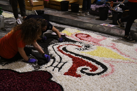 NOTO, ITALY - MAY 19th 2018: The famous Infiorata, in Noto, the town in Sicily famous for its baroque. Artists associations are creating drawings with flowers and petals in the gorgeous Via Nicolaci. Archivio Fotografico - 107121396