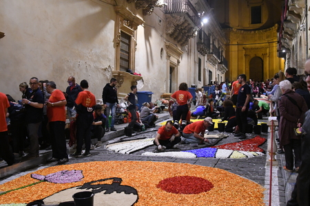 NOTO, ITALY - MAY 19th 2018: The famous Infiorata, in Noto, the town in Sicily famous for its baroque. Artists associations are creating drawings with flowers and petals in the gorgeous Via Nicolaci. Archivio Fotografico - 107121399