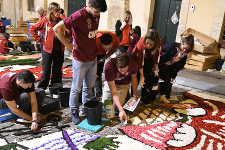 NOTO, ITALY - MAY 19th 2018: The famous Infiorata, in Noto, the town in Sicily famous for its baroque. Artists associations are creating drawings with flowers and petals in the gorgeous Via Nicolaci. Archivio Fotografico - 107121401