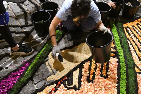 NOTO, ITALY - MAY 19th 2018: The famous Infiorata, in Noto, the town in Sicily famous for its baroque. Artists associations are creating drawings with flowers and petals in the gorgeous Via Nicolaci. Archivio Fotografico - 107121403
