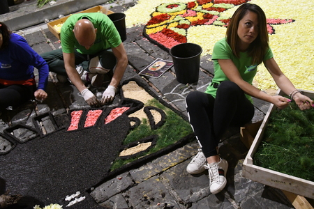 NOTO, ITALY - MAY 19th 2018: The famous Infiorata, in Noto, the town in Sicily famous for its baroque. Artists associations are creating drawings with flowers and petals in the gorgeous Via Nicolaci. Archivio Fotografico - 107121404