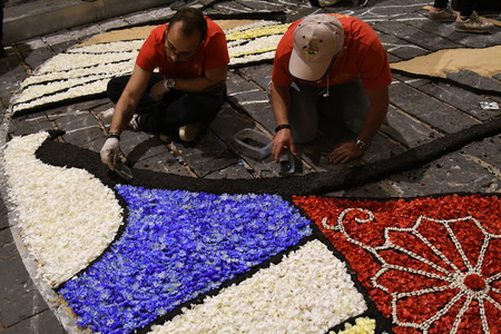 NOTO, ITALY - MAY 19th 2018: The famous Infiorata, in Noto, the town in Sicily famous for its baroque. Artists associations are creating drawings with flowers and petals in the gorgeous Via Nicolaci. Archivio Fotografico - 107121410