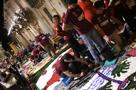 NOTO, ITALY - MAY 19th 2018: The famous Infiorata, in Noto, the town in Sicily famous for its baroque. Artists associations are creating drawings with flowers and petals in the gorgeous Via Nicolaci. Archivio Fotografico - 107121413