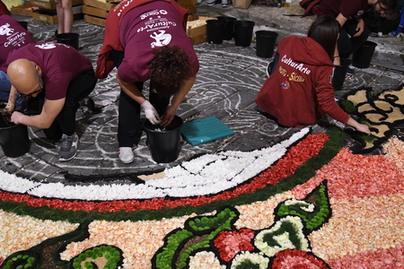 NOTO, ITALY - MAY 19th 2018: The famous Infiorata, in Noto, the town in Sicily famous for its baroque. Artists associations are creating drawings with flowers and petals in the gorgeous Via Nicolaci. Archivio Fotografico - 107121414