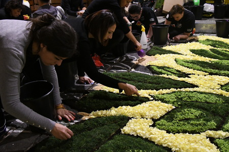 NOTO, ITALY - MAY 19th 2018: The famous Infiorata, in Noto, the town in Sicily famous for its baroque. Artists associations are creating drawings with flowers and petals in the gorgeous Via Nicolaci. Archivio Fotografico - 107121417