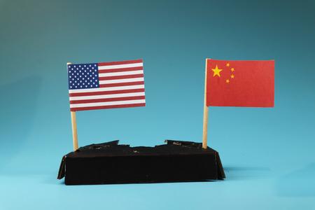 Guerra comercial entre Estados Unidos y China. Oeste entre Este. Comunismo entre capitalismo. Fondo azul