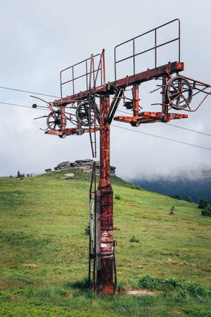 Old rusty ski lift standing on the top of Vysoka hole in Hruby Jesenik, in the Czech mountains on the border with Poland. Abandoned ski transport facility. Nature reserves in the Czech Republic. Stockfoto