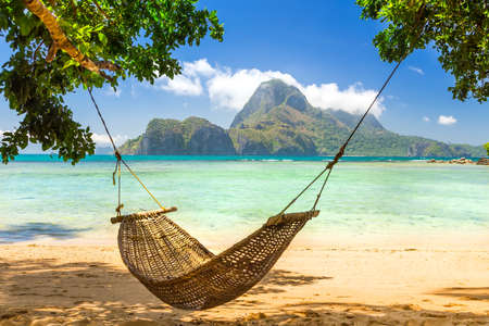 Traditional braided hammock in the shade on a tropical island Zdjęcie Seryjne - 95080879